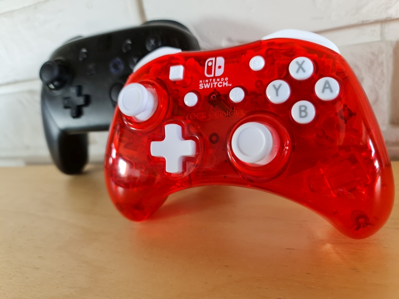 PDP Rock Candy Wired Controller - recenzja - pad na tle Pro Controllera